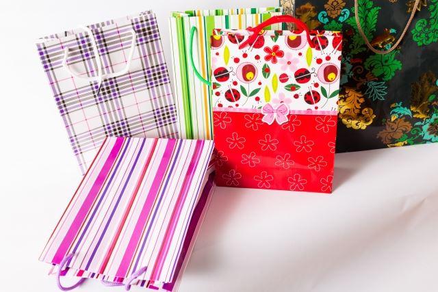 カラフルな色をした複数の紙袋