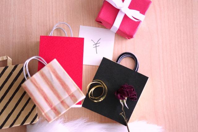 複数の紙袋に一輪のバラ