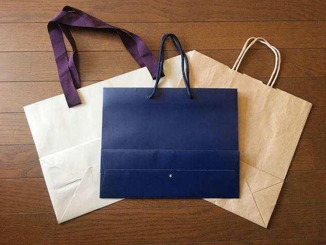 シンプルな色をした複数の紙袋