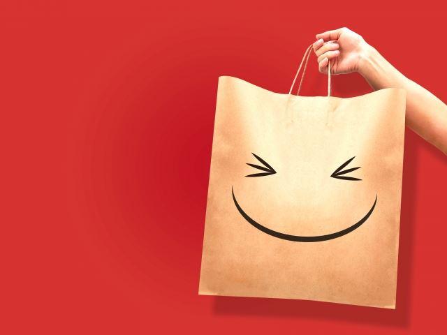 笑い顔がプリントされた紙袋