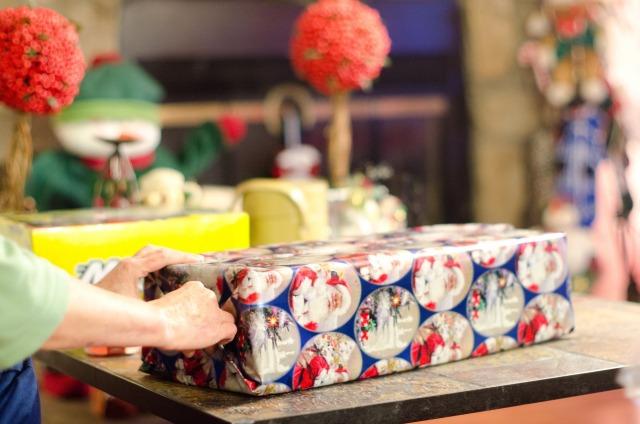 箱を包装紙で包む女性