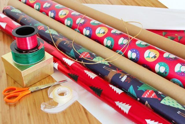 カラフルな色や模様をした複数の包装紙